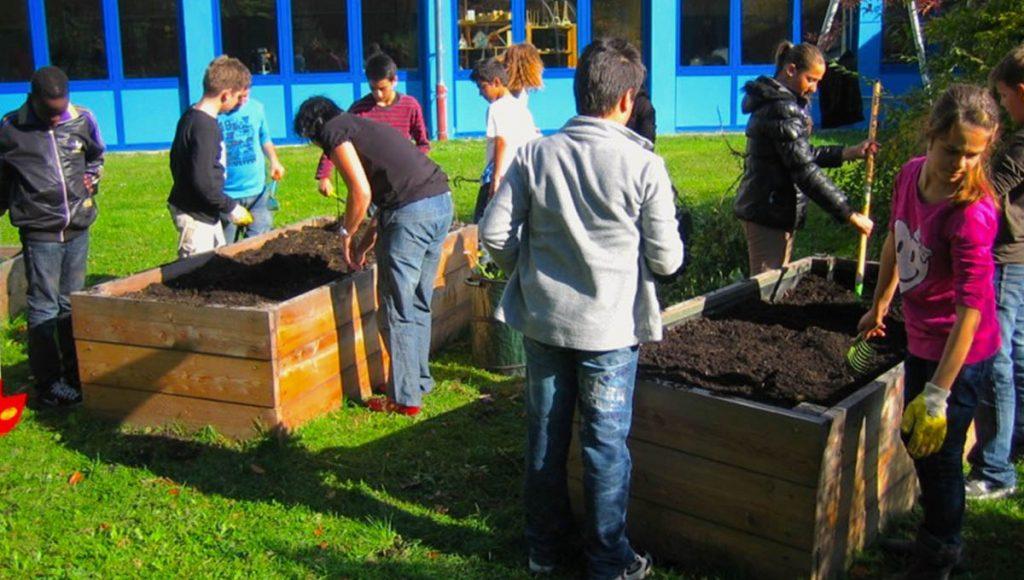Foto: Schüler*innen beim Gärtnern