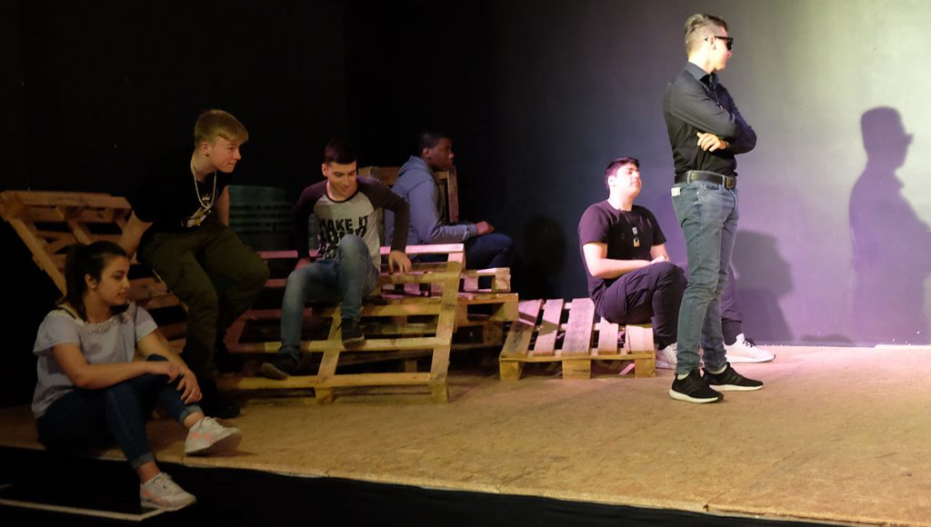 Foto: Schüler*innen bei Theaterprobe