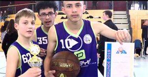 Foto: Spieler der Goethe Baskets mit Pokal und Urkunde