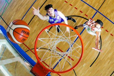 Foto: Schüler beim Basketball an Schule